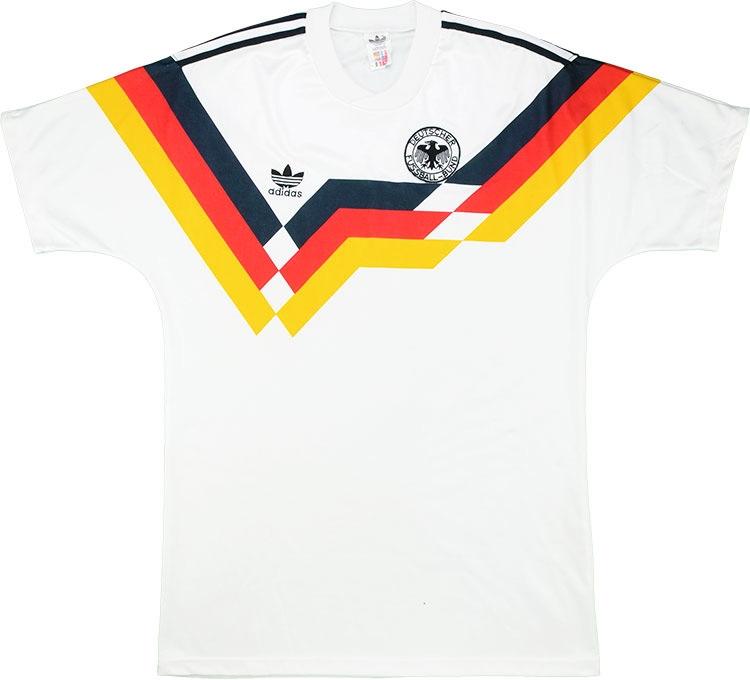 Какого цвета немецкая форма по футболу